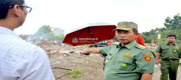 Walikota Bekasi, Rahmat Effendi saat meninjau lokasi sampah.(bk)