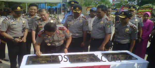 Kapolda Metro Jaya, Irjen Pol Unggung Cahyono menandatangani prasasti tanda diresmikannya Mapolsek Cikarang Pusat, Polresta Bekasi, Selasa (24/3/2015).(Min)