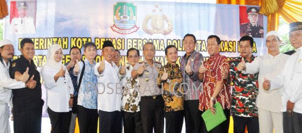 Acara peletakan batu pertama pembangunan gedung Polsek Jatisampurna, Polresta Bekasi Kota di Perumahan Kranggan RW 15, Kamis (26/3/2015).(Idam)