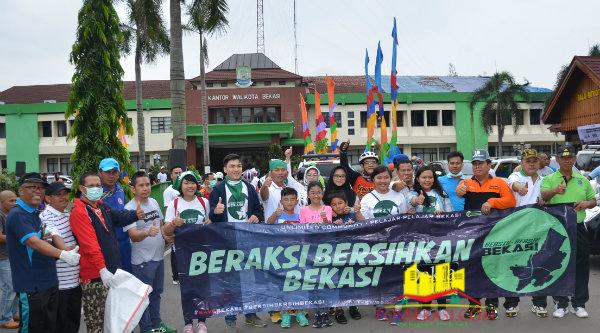 Walikota Bekasi Dr H Rahmat Effendi menyerahkan alat-alat kebersihan kepada pelajar yang mengikuti kegiatan Gerakan Pungut dan Pilah Sampah.[Sah]