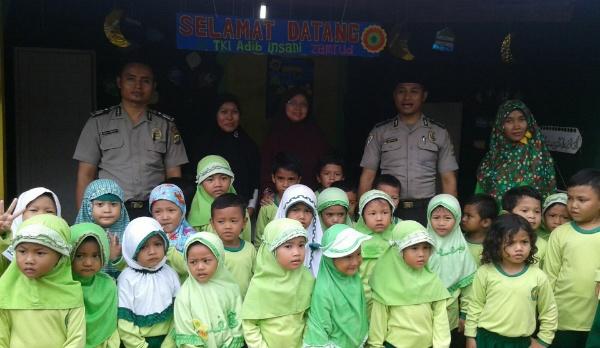 Bripka Nursalim dan Bripka M. Asfar Nurochim bersama anak-anak PAUD.[Ism]
