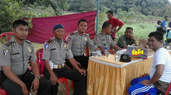 Kades Ragemanunggal, Dadang Sopyan, bersama aparat Polsek Setu saat pembukaan turnamaen Kades Ragemanunggal Cup 2016.[Uan]