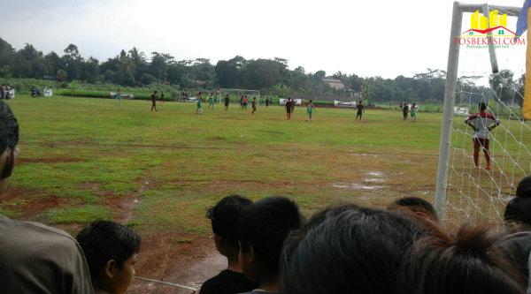 Pertandingan pembukaan turnamaen Kades Ragemanunggal Cup 2016.[Uan]