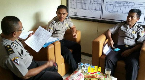 Kasi Humas Polsek Setu Aiptu Parjiman bersama tim supervise Polresta Bekasi.[Sah]