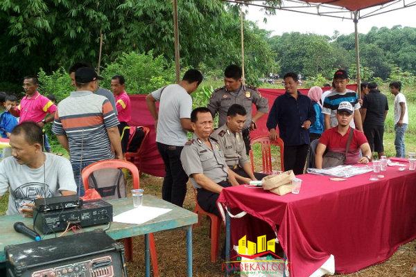 Polisi memantau dan menjaga pengamanan turnamen sepak bola Kades Ragemanunggal (RGM) Cup, dilapangan Desa Ragemanunggal, Setu, Kabupaten Bekasi, Minggu (28/2/2016).[Min]