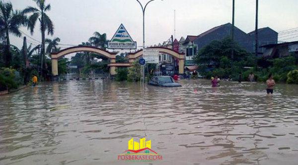Banjir saat melanda Perumahan Pondok Mitra Lestari.[DOK]