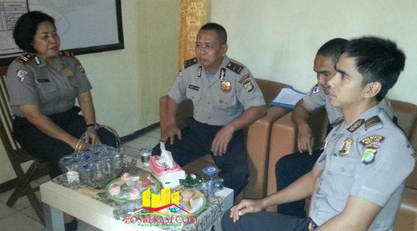 Kanit Binmas Polsek Setu Iptu Desy Yulhasri bersama tim supervise Polresta Bekasi.[Sah]