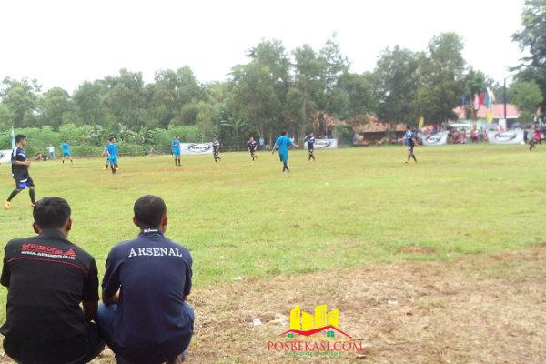 Babak penyisihan turnamen sepak bola Kades Ragemanunggal (RGM) Cup yang berlangsung dilapangan Desa Ragemanunggal, Setu, Kabupaten Bekasi, Minggu (28/2/2016).[Min]
