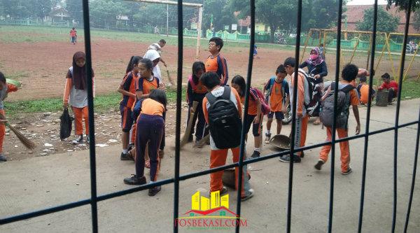 Murid SDN Padurenan 1, Kecamatan Bantargebang, melakukan aksi bersih sekolah dan lingkungan, Minggu (21/2/2016).[Ida]
