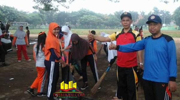 Aksi bersih dilapangan bola depan sekolah.