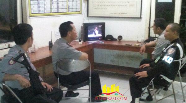 Patroli malam yang dipimpin Kapolsub Sektor Cibening, Ipda Herunanto bersama angota dilengkapi dengan senjata menyambangi pos satpam guna memastikan keamanan berjalan dengan baik.[Idh]