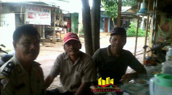Kepala Binmaspol Lubangbuaya, Aiptu Paimun, saat menyambangi kampung bersilaturahmi dengan warga.[Rad]
