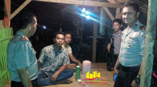Kapolsub Sektor Cibening, Ipda Herunanto bersama angota dilengkapi dengan senjata melakukan patrol malam mampir di Pos Ronda di Gang Kapuk Serang.[Idh]
