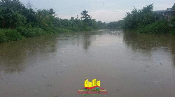 Debit air sungai yang membatasi Kecamatan Sukawangi dan Kecamatan Babelan mulai naik.[Trans]