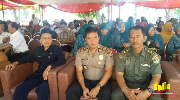 Kapolsek Tambelang, AKP Sujono,  bersama peserta Musrembang Kecamatan Sukawangi.[Rad]
