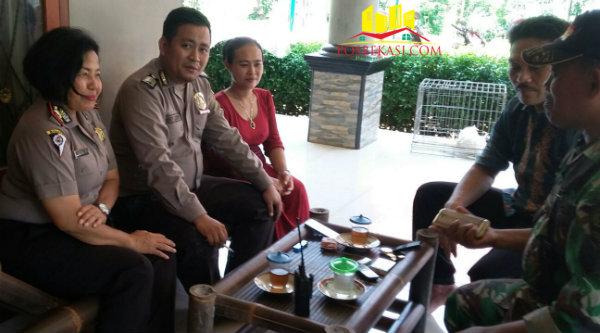 Kanit Binmas Iptu Desy Yulhasri saat menyambangi warga di Kampung Awirarangan, Desa Tamansari.[Fer]