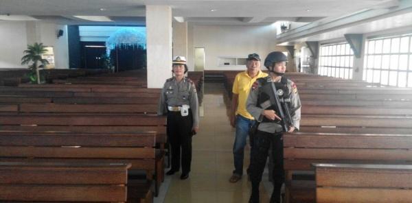 Tim Gegana tengah mesterilkan gereja-gereja menyambut perayaan Paskah di Kota Bekasi.[IDH]