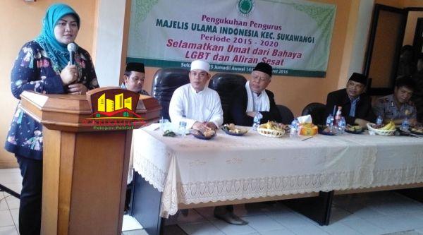 Bupati Bekasi, Neneng Hasanah Yasin, saat pengukuhan pengurus MUI Kecamatan Sukawangi, di Kantor Camat Sukawangi, Bekasi, Sabtu (5/3/2016).[FER]