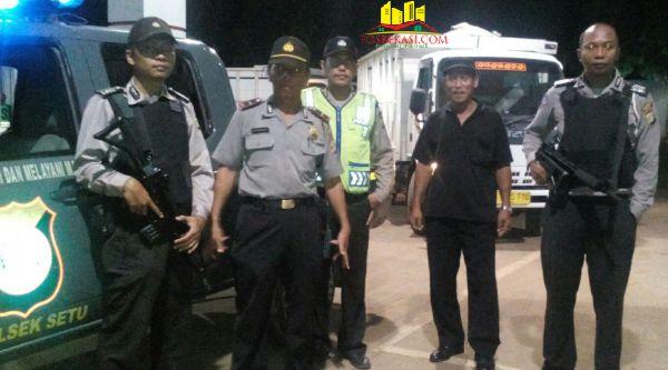 Aparat kepolisian Polsek Setu menjaga acara Tabligh Akbar memperingati Maulid Nabi Muhammad SAW, di Kampung Serang, Desa Tamansari, Setu.[IDH]