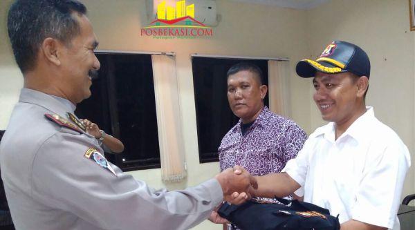 Kasat Binmas Polresta Bekasi diwakili Ipda Widodo secara simbolis menyematkan rompi Pokdar Kamtibmas pada Ketua Pokdar Kamtibmas Setu Riky.[Idh]