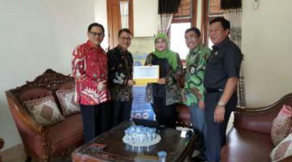 Bupati Bekasi Neneng Hassanah Yasin saat melaporkan SPT Tahunan PPh tahun pajak 2015 dengan menggunakan e-Filing.[IST]