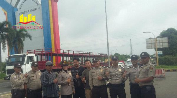Iptu Wuryanti bersama anggota polisi dari Polsek Setu melakukan pengawalan buruh pabrik yang berdemo ke Jakarta hingga di pintu gerbang tol kawasan industry M2100, Kamis (3/3/2016).[Sah]