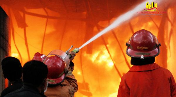 Petugas pemadam kebakaran tengah berupaya menjinakan api.[DOK]