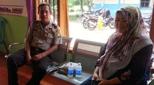 Binmas Desa Cikarageman Aiptu Marhen Manalu dan Dr. Euis.[MET]