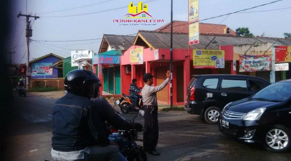 Polisi Setu tengah mengatur lalulintas.{FER]