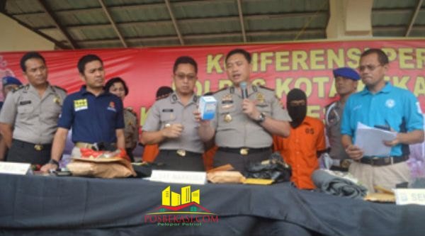 Kasubbag Humas Polresta Bekasi, Iptu Makmur, meberi keterangan pers pengungkapan selama kurun satu bulan, jajaran Polresta Bekasi berhasil menangkap 54 pelaku kejahatan.[FER]