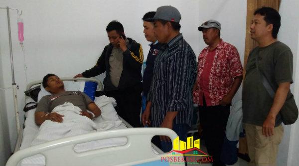 Sejumlah kerabat dan masyarakat datang membesuk Bripka Nursalim yang terbaring akibat DBD.[Sah]