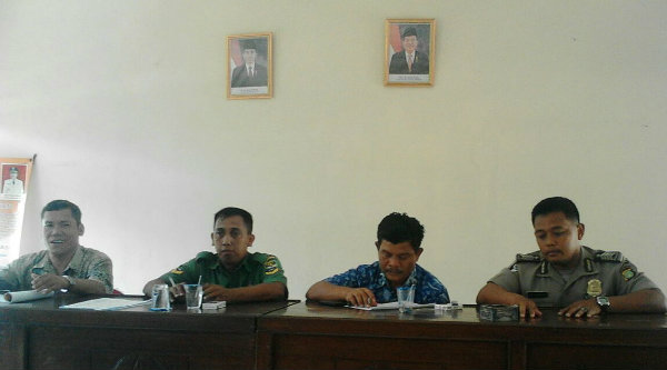 Rapat Minggon Tiga Pilar Desa Ragemanunggal, Kecamatan Setu.[IDH]