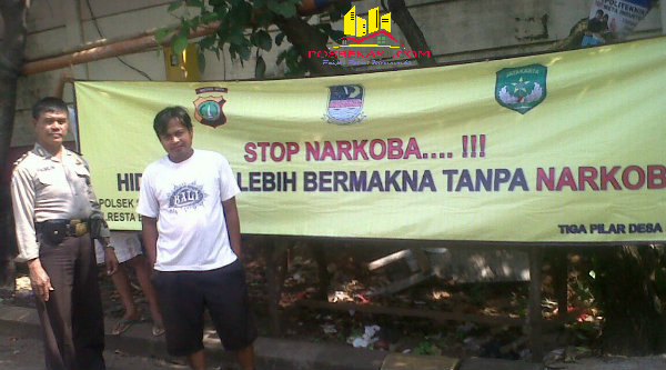 Pemasangan spanduk bahaya narkoba di wilayah Kecamatan Setu.[SOF]