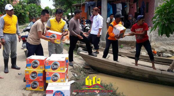 Bantuan logistik untuk warga korban banjir di Desa Sukamekar, Sukawangi, Kabupaten Bekasi.[BES]