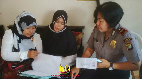Kanit Binmas Polsek Setu, Iptu Desy Yulhasri dan Bidan Puskemas mendata pasien katarak untuk baksos kesehatan operasi katarak oleh Polrseta Bekasi dan Polda Metro Jaya yang dipusatkan di Cikarang Timur pada 26 April 2016.[BES]