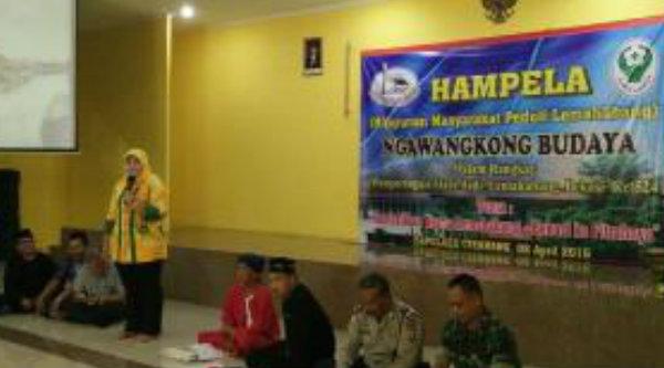 Bupati Bekasi, dr Neneng Hasanah Yasin, saat menghadiri Ngawangkong Budaya dalam rangka peringatan hari ulang tahun Lemahabang ke 524 di Auditorium Bapelkes Cikarang, Sabtu (2/4/2016).[IST]