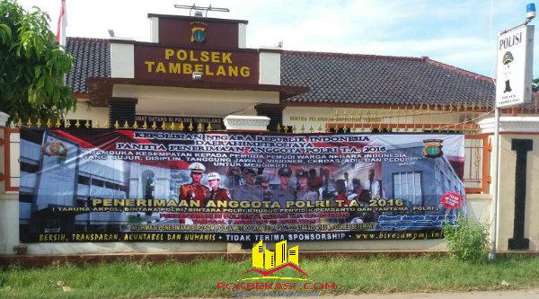 Spanduk besar penerimaan anggota Polri 2016 di Mapolsek Tambelang[YAN]