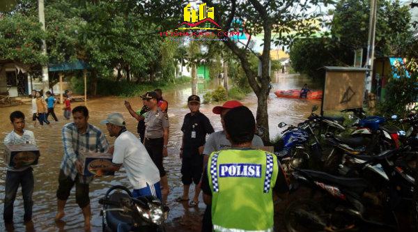 Kapolsek Setu AKP Agus Rohmat, ditengah banjir yang melanda kawasan Perumahan Mustika Gandaria, memberi pertolongan dan mengevakuasi serta mengatur distribusi bantuan pada korban banjir.[IDH]