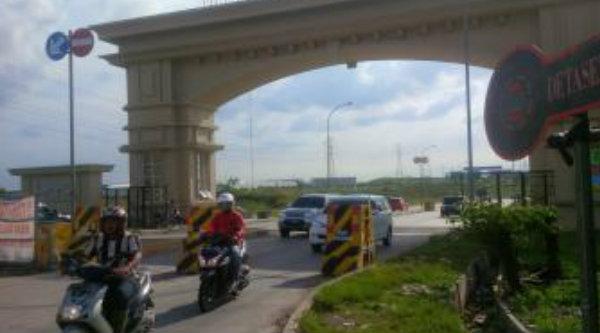 Akses jalan menuju masuk keluar tol Cibatu yang diblokir Lippo Cikarang.[IST]