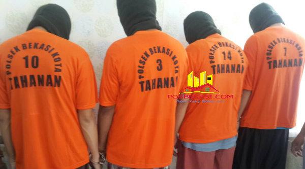 Empat pelaku komplotan perampok minimarket Indomaret di Sumber Arta, Kelurahan Bintara Jaya, diringkus Polsek Bekasi Barat.[IDH]