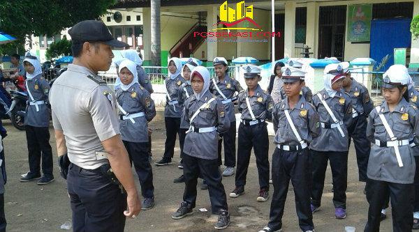 Bripka Nursalim sedang melakukan pelatihan baris berbaris Pocil SDN 001 Tamanrahayu.[BES]