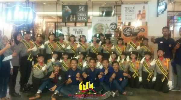 Siswa-siswi SDN Sukawijaya yang tergabung di Pocil Tambelang bersama pelatih dan pembimbing mengungkapkan kegembiraan setelah berhasil meraih juara I Jakarta Metropolitan Police Expo 2016, di Gandaria Pondok Indah Jakarta Selatan, Minggu (10/4/2016) malam.[SOF]