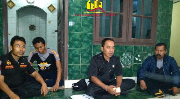 Ketua Pokdar Setu, Riki, bersama pengurus melakukan evaluasi program Kamtibmas di wilayah Kecamatan Setu.[IDH]