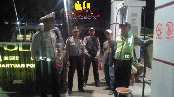 Ipda Herunanto pimpin patroli sambang kampung hingga dinihari diwilayah hukum Polsek Setu.[YAN]