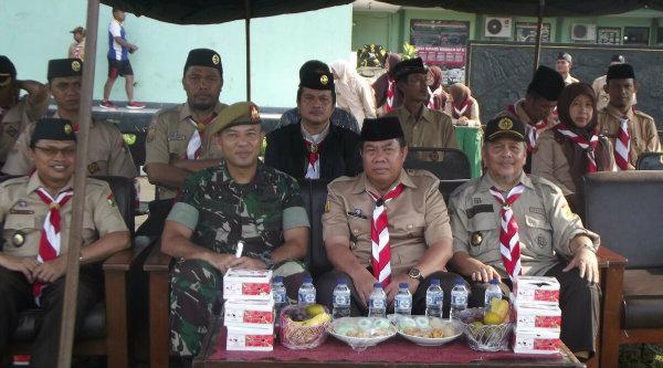 Sekom Mitra Polri bersama TNI dan Pramka memiliki kepedulian pada korban banjir Jatiasih.[IDH]