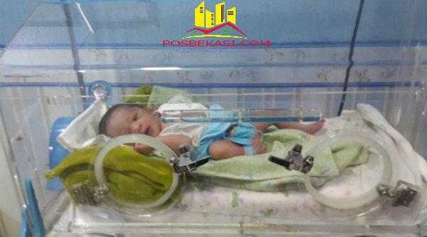 Bayi yang ditemukan di semak-semak rumah kosong Perumahan Taman Jatisari Permai, Klaster Bali, kini dirawat di  RS Kartika Husada Jatiasih.[IDH]