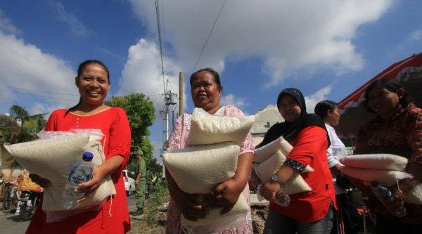 Warga penerima beras miskin.[IST]