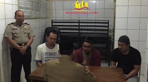 Ustadz Amir Hamzah saat membimbing Krisna Putra mengucapkan Dua Kalimat Syahadat didampingi dua rekannya didalam Rumah Tahanan Polresta Bekasi Kota.[SOF]