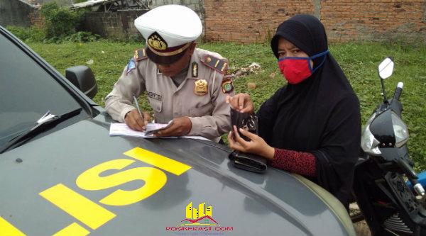 Polisi menilang pengendara yang tidak memiliki kepelengkapan surat-surat kenderaan.[FER]