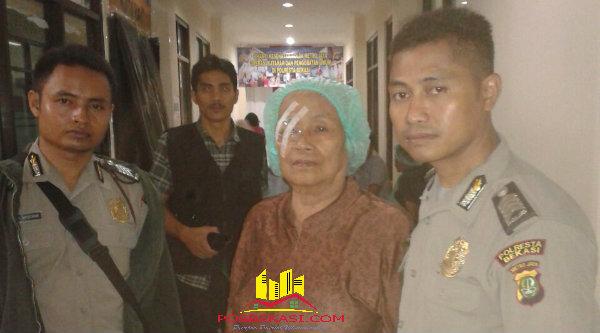 Seorang ibu usai menjalani operasi katarak mata bersamaa anggota Polsek Setu yang menjemput dan mengantar warga Setu untuk berobat pada pengobtan gratis di Polresta Bekasi, Selasa (26/4/2016).[MIN]